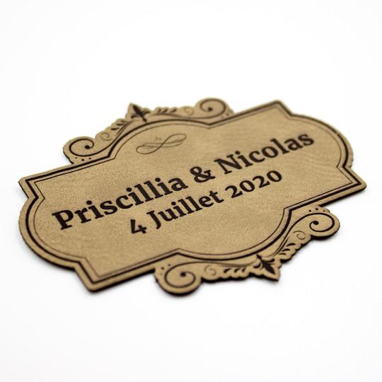 Etiquette à personnaliser avec prénoms et date en cuir SCRAPMOUSET couleur brun clair