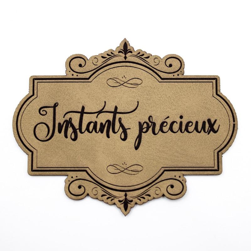 Étiquette de type Vintage en cuir avec le mot Instants précieux SCRAPMOUSET couleur brun clair