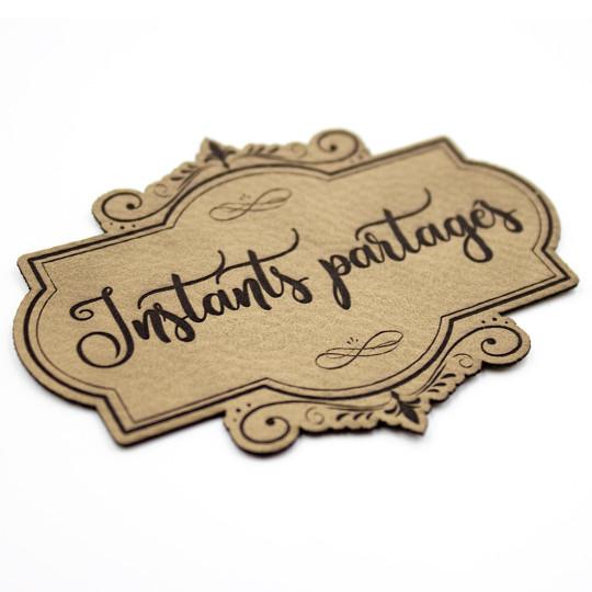Étiquette de type Vintage en cuir avec le mot Instants partagés SCRAPMOUSET couleur brun clair